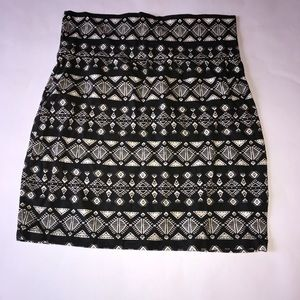 Black and white pattered pencils skirt